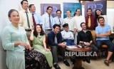 Sutradara Film Rudy Habibie, Hanung Bramantyo (kanan) serta presiden ke tiga Republik Indonesia, BJ Habibie (ketiga kanan), Artis Reza Rahardian (ketiga kiri) bersama para pemain Film Rudy Habibie