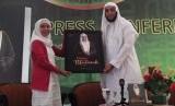 Syekh Ali Jaber (Kanan) saat meluncurkan buku