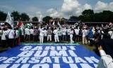 Ribuan orang memadati Lapangan Kerkof, Kecamatan Taragong Kidul, Kabupaten Garut, Jawa Barat pada Sabtu, (11/11).