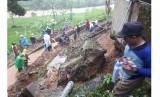 [ilustrasi] Tanah longsor terjadi di sejumlah titik di Kabupaten Tasikmalaya, Jawa Barat, Ahad (1/10). Longsor diduga terjadi karena hujan sejak beberapa hari terakhir.