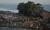 Tanah Lot di Tabanan merupakan salah satu destinasi wisata favorit di Bali.