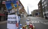 Inggris Terapkan Vonis Lebih Berat Bagi Terpidana Teroris. Tanda belasungkawa terpampang di jalan dekat lokasi aksi teror di Jembatan London.