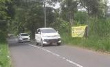 Tebing yang berada di samping jalan Pagerwangi atau jalan yang dikenal Punclut di Kampung Babakan Bandung, RT 01 RW 10, Desa Pagerwangi, Kecamatan Lembang, Kabupaten Bandung Barat rawan longsor dan kondisinya longsoran mendekati badan jalan tersebut.