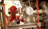 Teknisi PGN memeriksa aliran pipa gas (ilustrasi).