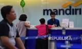 Teller melayani nasabah saat hari kedua Lebaran di Kantor Cabang Bank Mandiri Kebon Sirih, Jakarta, Kamis (6/6/2019).