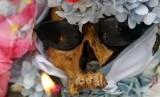 Tengkorak dihias dalam rangka Hari Tengkorak yang dirayakan di La Paz, Bolivia.