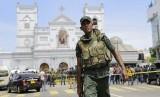 Tentara Angkatan Darat Sri Lanka mengamankan daerah di sekitar Kuil St. Anthony setelah ledakan di Kolombo, Sri Lanka, Ahad (21/4/2019).