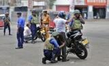 Tentara Angkatan Laut Sri Lanka melakukan pemeriksaan keamanan terhadap pengendara motor di Kolombo, Sri Lanka, Kamis (25/4).