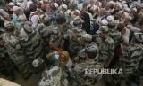 Tentara Arab Saudi mengamankan lokasi pelemparan jumrah oleh jamaah haji di Jamarat, Mina, Selasa (13/8).