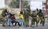 Tentara Israel menangkap pemuda Palestina (ilustrasi)