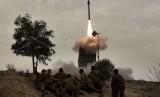 Tentara Israel sedang menyaksikan rudal yang diluncurkan dari sistem pertahanan rudal Iron Dome di selatan kota Beer Sheva.