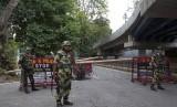 Tentara Pasukan Keamanan Perbatasan menjaga pos penjagaan sementara saat jam malam di Srinagar, Kashmir yang dikuasai India, Rabu (7/8).