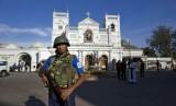 Tentara Sri Lanka berjaga di luar Gereja St Anthony's, sehari setelah serangan di Kolombo, Sri Lanka, Senin (22/4). Laporan terbaru menyebutkan korban tewas sudah mencapai 290 orang.