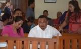 Terdakwa kasus dugaan permufakatan jahat dalam tindak pidana narkotika, Jro Gede Komang Swastika alias Jro Jangol (tengah), menunggu waktu persidangan di Pengadilan Negeri Denpasar, Bali, Kamis (17/5).