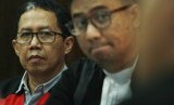 Terdakwa kasus penghancuran barang bukti dugaan pengaturan skor Joko Driyono (kiri) menjalani sidang lanjutan dengan agenda mendengarkan keterangan saksi dari satgas antimafia bola di Pengadilan Negeri Jakarta Selatan, Jakarta, Selasa (28/5/2019).