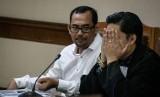 Terdakwa mantan Kepala Kantor Wilayah Kemenag Provinsi Jawa Timur Haris Hasanuddin (kiri)
