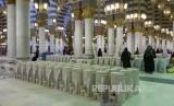 Termos-termos berisi air zamzam di dalam Masjid Nabawi, Madinah, Arab Saudi.