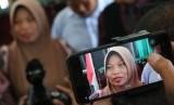 Terpidana kasus pelanggaran UU ITE Baiq Nuril menjawab sejumlah pertanyaan wartawan usai menjalani sidang perdana pemeriksaan berkas memori PK di Pengadilan Negeri Mataram, NTB, Kamis (10/1/2019).