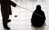 Pelanggaran Syariat Islam di Aceh Turun Satu Tahun Terakhir. Terpidana pelanggar hukum syariat Islam mengangkat menjalani hukuman cambuk (uqubat) di Stadion Tunas Bangsa, Lhokseumawe, Aceh.