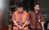 Tersangka Hakim (nonaktif) Pengadilan Negeri Semarang Lasito (kiri) bergegas menuju mobil tahanan usai menjalani pemeriksaan di gedung KPK, Jakarta, Jumat (12/4/2019).