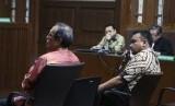 Tersangka kasus dugaan korupsi pengadaan e-KTP Irvanto Hendra Pambudi (kanan) bersama Made Oka Masagung (kiri) memberikan keterangan sebagai saksi dengan Terdakwa kasus korupsi KTP Elektronik Setya Novanto (tengah), di Pengadilan Tipikor, Jakarta, Rabu (14/3).