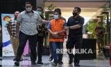 Tersangka kasus dugaan pemotongan uang dan penerimaan gratifikasi yang juga mantan Bupati Bogor periode 2008-2014 Rachmat Yasin (tengah) berjalan meninggalkan ruangan pemeriksaan usai ditetapkan sebagai tersangka di gedung KPK, Jakarta, Kamis (13/8/2020). Rachmat Yasin yang diduga menerima atau memotong pembayaran dari beberapa Satuan Perangkat Kerja Daerah (SKPD) di Kabupaten Bogor serta menerima gratifikasi berupa tanah seluas 20 hektare di Jonggol, Kabupaten Bogor dan Toyota Vellfire senilai Rp825 juta itu kemudian ditahan selama 20 hari sejak 13 Agustus 2020 hingga 1 September 2020 di Rutan Kelas I Jakarta Timur Cabang KPK di Pomdam Jaya Guntur.
