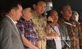 Tersangka kasus dugaan penistaan agama Basuki Tjahaja Purnama alias Ahok bersiap memberikan keterangan usai pelimpahan berkas perkara di Kejaksaan Agung, Jakarta, Kamis (1/12).