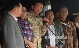 Tersangka kasus dugaan penistaan agama Basuki Tjahaja Purnama alias Ahok memberikan keterangan usai pelimpahan berkas perkara di Kejaksaan Agung, Jakarta, Kamis (1/12).