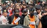 Tersangka kasus pembunuhan Hakim Pengadilan Negeri Medan, JF (kiri) dan RH (kanan) mengikuti rekonstruksi atau reka ulang di Perumahan Royal Monaco Medan, Sumatera Utara, Kamis (16/1/2020).
