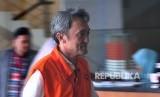Tersangka kasus suap kepada panitera Pengadilan Negeri Jakarta Pusat Edy Nasution, Eddy Sindoro tiba di kantor KPK, Jakarta, Senin (15/10).