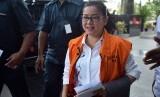 Tersangka pemberi keterangan palsu dalam sidang kasus dugaan korupsi pengadaan e-KTP tahun anggaran 2011-2012, Miryam S Haryani, tiba untuk menjalani pemeriksaan di gedung KPK, Jakarta, Rabu (17/5).