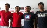 Tim Arema FC dan Bali United memberikan keterangan pers sebelum pelaksanaan pertandingan di Kantor Arema FC, Malang, Jumat (19/10).