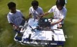 Tim Barunastra dari Institut Teknologi Sepuluh Nopember (ITS) mempersiapkan kapal tanpa awak untuk dipertunjukan di sela-sela pelepasan tim robot ITS untuk berlaga di RoboCup International 2018 Montreal Canada, di Kampus ITS, Surabaya, Jawa Timur, Selasa (5/6).
