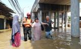Tim BTB membantu evakuasi korban banjir di Jakarta Timur, Jumat (26/4).