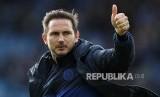 Manajer Chelsea Frank Lampard mengacungkan jempol usai laga Leicester City melawan Chelsea  di King Power Stadium, Leicester, Inggris Sabtu (1/2)
