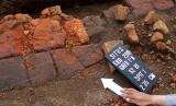 Tim dari Balai Arkeologi Yogyakarta melakukan penelitian di Situs Sekaran yang ditemukan saat pembangunan jalan tol Malang-Pandaan di Kilometer 35, Pakis Malang, Jawa Timur, Kamis (11/4/2019).