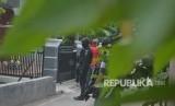 Tim Densus 88 melakukan penjagaan saat penggeledahan usai penangkapan terduga teroris di Jemaras, Klangenan, Kab. Cirebon, Jawa Barat, Kamis (17/5). Operasi penggerebekan juga terjadi di Mojokerto.