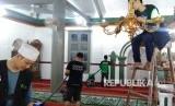 Tim Dompet Dhuafa membersihkan Masjid Agung Syekh Asnawi Caringin - Banten, Kamis (24/4/2019). Kegiatan bersih- bersih masjid dalam menyambut Ramadhan 1440 H / 2019 M.