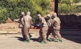 Tim evakuasi bantuan dari Turki membawa korban serangan senjata kimia yang terjadi di kota Idllib, Suriah