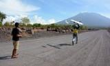 Tim gabungan menerbangkan drone atau pesawat pengintai tidak berawak, di Desa Kubu, Kabupaten Karangasem, Bali, Rabu (11/10). Tim gabungan menggunakan tiga unit drone untuk melakukan survei sekaligus memantau langsung kondisi Gunung Agung.