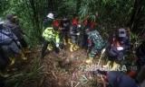 Tim gabungan TNI-Polri bersama aparat terkait menutup lubang tambang emas