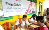 Tim kesehatan TCash dan Rumah Zakat memberikan bantuan layanan kesehatan gratis untuk masyarakat korban tsunami selat sunda, Ahad (10/2).