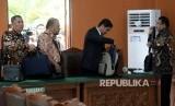 Tim Kuasa Hukum Setya Novanto bersiap meninggalkan ruangan seusai sidang praperadilan di Pengadilan Negeri Jakarta Selatan, Selasa (12/9).