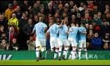 Tim Manchester City merayakan gol mereka pada laga leg pertama Semifinal Piala Liga antara Manchester United melawan Manchester City di Old Trafford, Manchester, Rabu (8/1) dini hari.