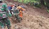 Tim SAR gabungan mengevakuasi korban tertimbun longsor di Kecamatan Talegong, Kabupaten Garut, Selasa  (18/2).