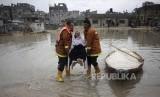 Tim SAR Palestina mengevakuasi warga di Kamp Pengungsi Jabaliya di utara Jalur Gaza, Kamis (16/2).