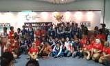 Tim sepakbola putra Taiwan, menjadi kontingen pertama yang secara resmi tiba di bandara internasional Soekarno Hatta. Tampak dalam gambar petugas INASGOC berpose bersama tim Sepakbola putra Taiwan.