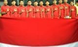 Timnas Indonesia U-19 menyanyikan lagu Indonesia Raya sebelum melawan Timnas Kamboja U-19 dalam pertandingan persahabatan di Stadion Patriot Candrabhaga, Bekasi, Jawa Barat, Rabu (4/10).