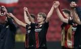 Tin Zedvaj (tengah) merayakan keberhasilan Bayer Leverkusen melangkah ke 32 besar Liga Europa.