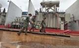 TNI dan Polri membantu membersihkan gardu listrik PLN, pascabanjir.